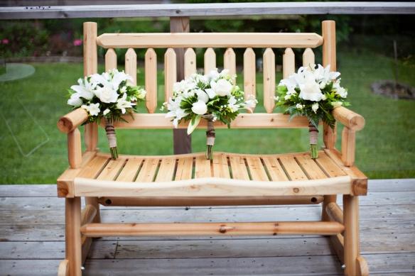 boquet-flowers-wedding-bench