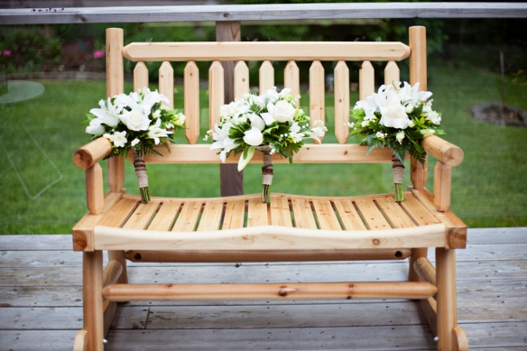 boquet-flowers-wedding-bench